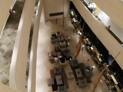 """Pogled iz nadstropja na """"lobby"""""""