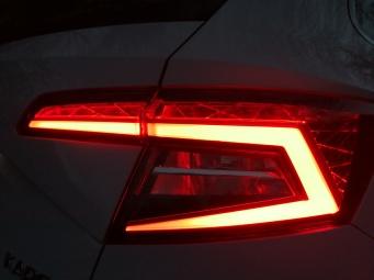 """Zadnji LED svetlobni """"podpis"""" Karoq-a"""