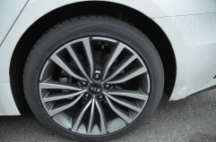 18-palčna kolesa, ki pa zaradi majhnih kolotekov na avtu ne izgledajo nič majhno