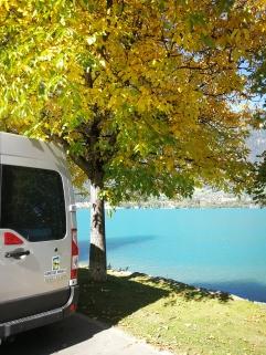 Renault Master na službeni poti ob Thunskem jezeru blizu Interlakna v Švici
