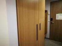 Detajl garderobne omare v furnirju hrasta, z zanimivim, praktičnim ročajem