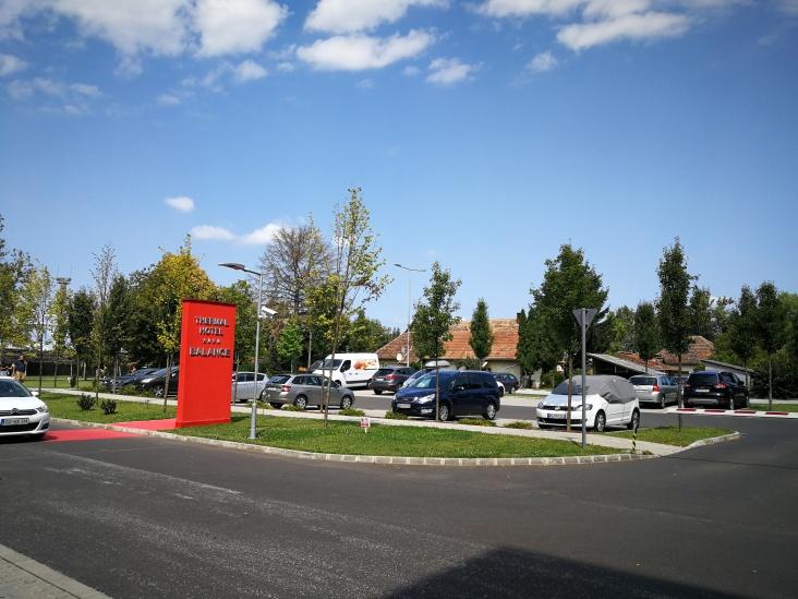 Parkirišče pred hotelom, za zapornico, na vhodu kamera za prepoznavanje registrskih označb